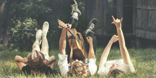 3 unge jammer på græsset
